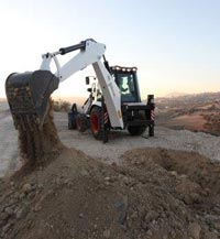 The Bobcat B730 TLB is a versatile back-to-basics machine for digging, trenching, breaking, or materials-handling