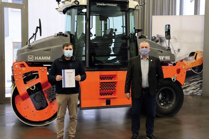 Hamm has been working on building an environmental management system since 2018. The Tirschenreuth-based company has now been certified according to ISO 14001. At the certificate handover: Environmental management representative Marcus Rahm (left) with plant manager Dirk Pressgott.