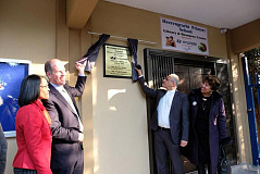 Niall Lynch, CEO of Hyundai Automotive SA, and Mr Enver Surty, Deputy Minister of Basic Education, unveils the plaque at Heerengracht Primary School in Eldorado Park
