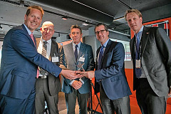 Versum Materials presents the award to Imperial Logistics. From the left: Michael Pohl (Director Business Unit Chemicals at Imperial Logistics), Jörg Rolfs (Site Manager Hamburg at Imperial Logistics), Matt Walshe (Europe Supply Chain Manager Versum Materials), Guillermo Novo (CEO Versum Materials) and Arnoud Stibane (General Manager EMEA Versum Materials). Photo: Versum Materials